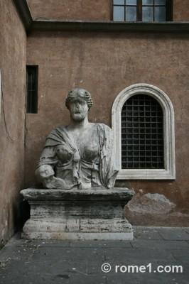 Madame Lucrezia  statue parlante